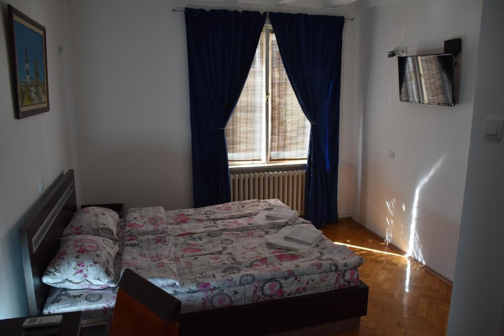 dvokrevetna-soba-sa-bracnim-krevetom-sopstvenim-kupatilom-05